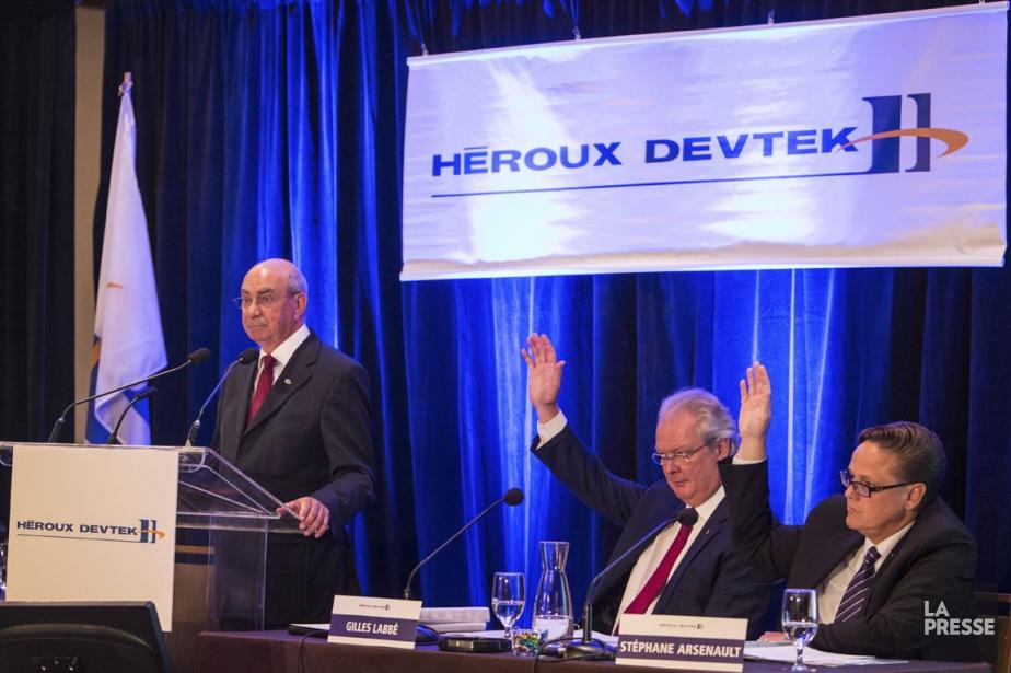 Réal Raymond, vice-président principal d'Héroux-Devtek(au micro), Gilles Labbé,... (PHOTO SIMON GIROUX, ARCHIVES LA PRESSE)