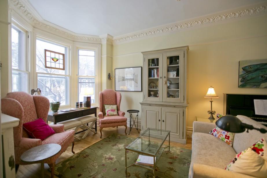 Le salon, un grand oriel et des moulures, en bois, autour des fenêtres et en plâtre sur les murs. (Photo David Boily, La Presse)