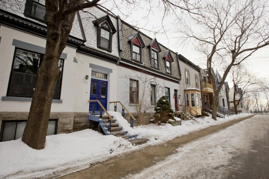 Rangée de maisons avec fausses mansardes, un style typique au côté Est de l'avenue Irvine. (Photo David Boily, La Presse)