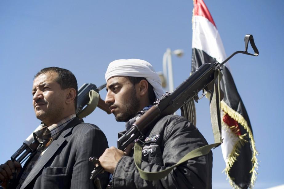 Des houthis, arme à la main, participent à... (PHOTO HANI MOHAMMED, ARCHIVES AP)