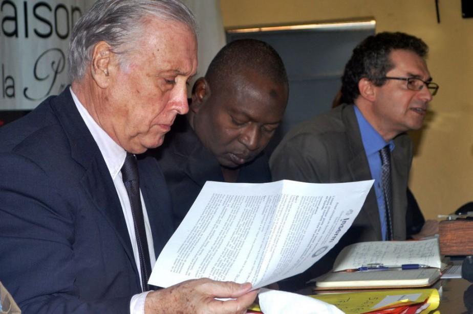 Le Dr Sakoba Keïta, au centre.... (PHOTO BINANI, AFP)