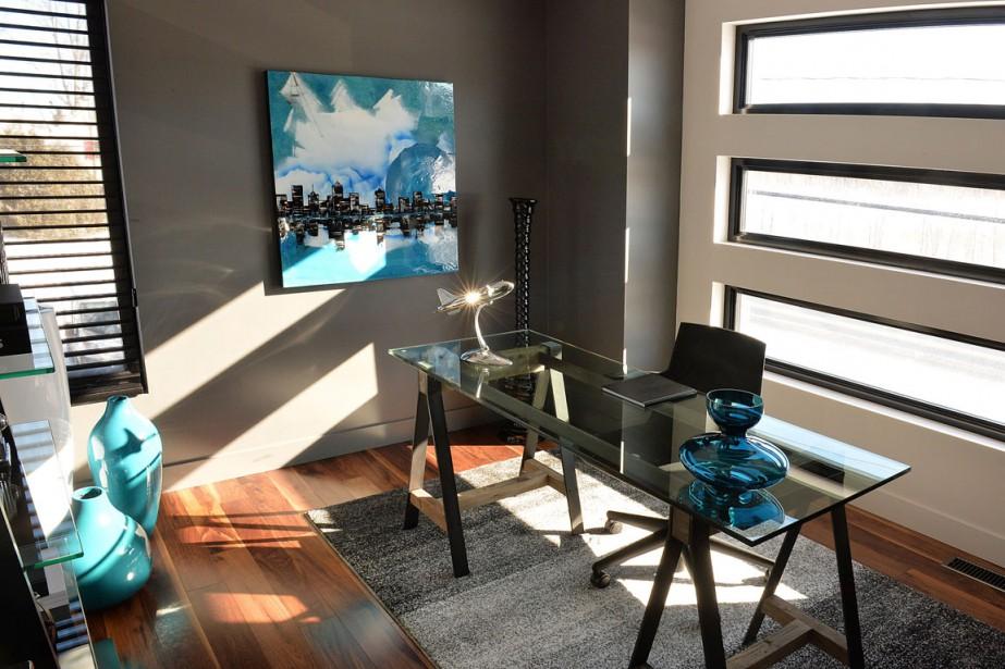 Ce bureau pourrait aisément être transformé en chambre d'amis. Les fenêtres en bandeaux donnent de la lumière tout en préservant une certaine intimité. (Le Soleil, Patrice Laroche)
