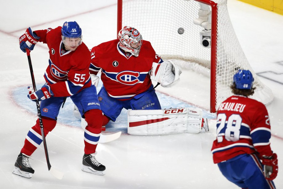 Carey Price regarde passer la rondelle déviée par Mike Cammalleri. (PHOTO ROBERT SKINNER, LA PRESSE)