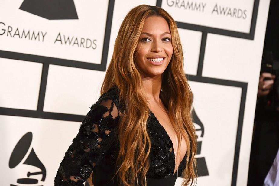 Le décolleté plongeant est très présent cette année dans les galas. Beyoncé a aussi embrassé ce style, mais avec une robe sobre, un peu décevante. (AP)
