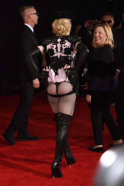 Madonna a opté pour un look rock signé Givenchy. Sur le tapis rouge, la reine de la provocation a d'ailleurs exhibé son postérieur. (AP)