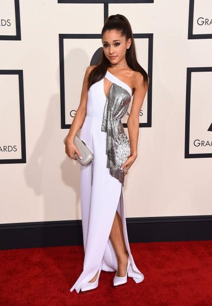 Versace était populaire sur le tapis rouge. Avec cette robe blanche et métallique, Ariana Grande a aussi opté pour cette maison. (AP)