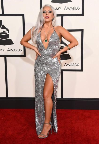 Comme aux Golden Globes, les tenues aux couleurs métalliques ont été nombreuses. Lady Gaga en a choisi une extravagante de Brandon Maxwell. (AP)