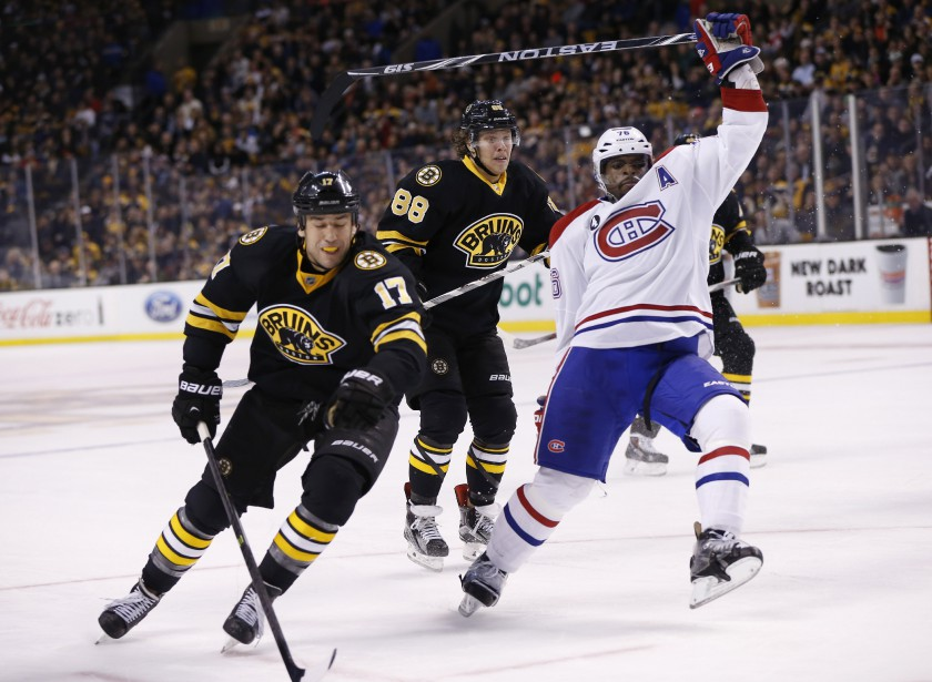 Milan Lucic tente de contourner P.K. Subban. (PHOTO GREG M. COOPER, USA TODAY)