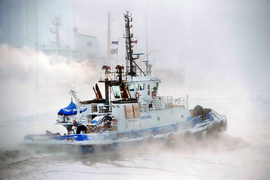 À une conférence du président du Port de Québec, le mois dernier, Jean-Marie Villeneuve a vu passer ce remorqueur sur le fleuve, baignant dans la brume nordique, avec en arrière-plan un navire de la garde côtière. La photo a été prise à travers une vitre de l'Espace Dalhousie, donc bien au chaud... Données techniques : Nikon D4. Focale 200 mm. ISO 1600. Ouverture f6.3. Vitesse 1/2500 | 8 février 2015