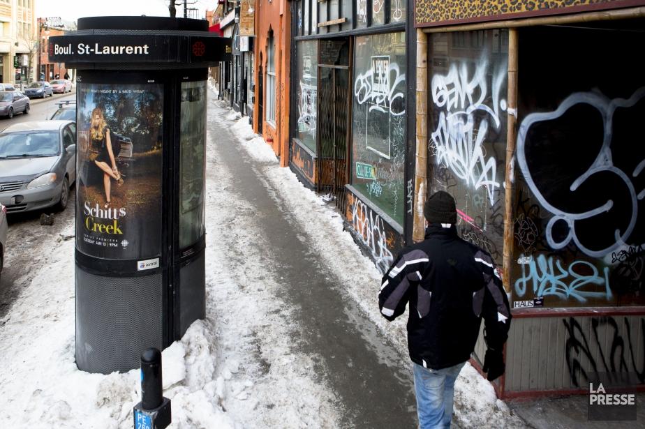 Les graffitis sont omniprésents sur les façades des...