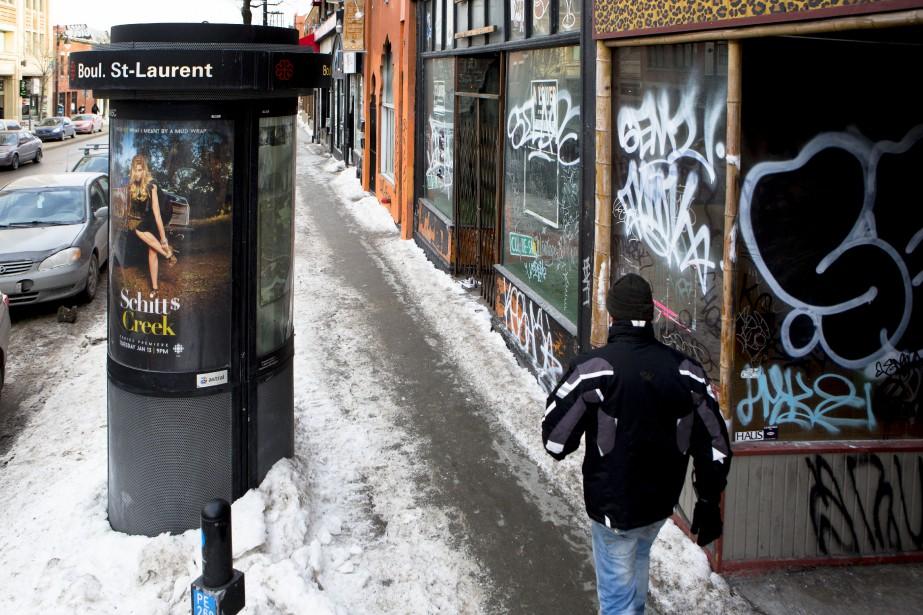 Les graffitis sont omniprésents sur les façades des édifices abandonnés par leurs locataires. (PHOTO MARTIN TREMBLAY, LA PRESSE)