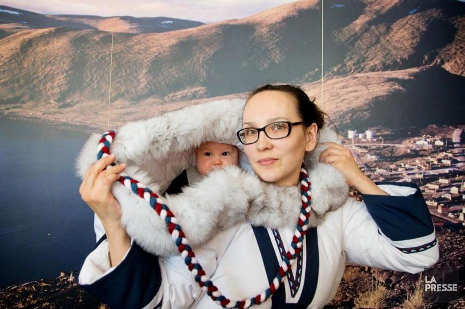 Les parkas amautis permettent aux femmes inuites de... (Photo Alain Roberge, La Presse)