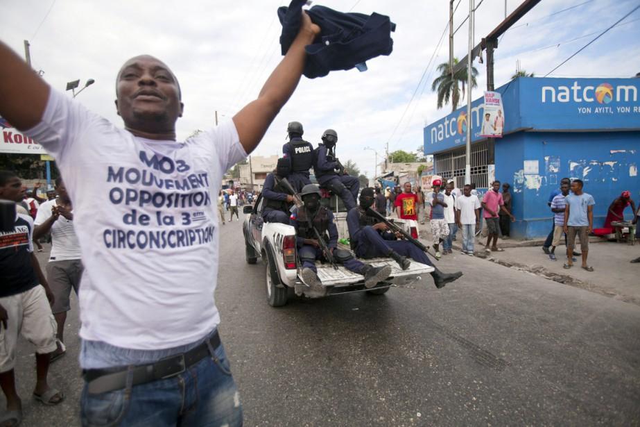 Des accrochages entre manifestants et forces de l'ordre... (PHOTO DIEU NALIO CHERY, AP)