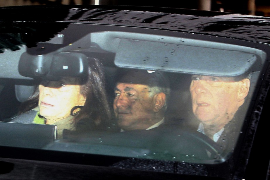 Dominique Strauss-Kahn (au centre), lors de son arrivée... (PHOTO MICHEL SPINGLER, AP)