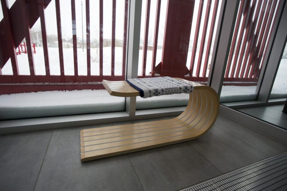Installé à quelques endroits dans l'hôtel, le «banc luge» est la création de deux jeunes designers de Québec. Jérémy Couture et Claudia Després créent des objets sous le nom Six Point Un. On peut également voir une autre de leur création, le banc T3, dans le café de la Gare. (Photo François Roy, La Presse)