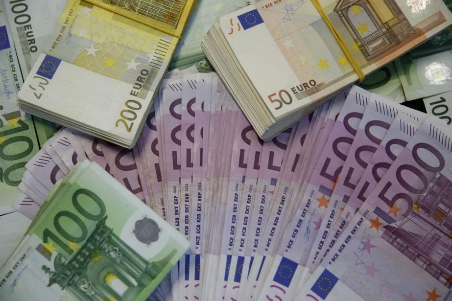 L'euro baissait un peu face au dollar mercredi, dans... (PHOTO ARCHIVES REUTERS)