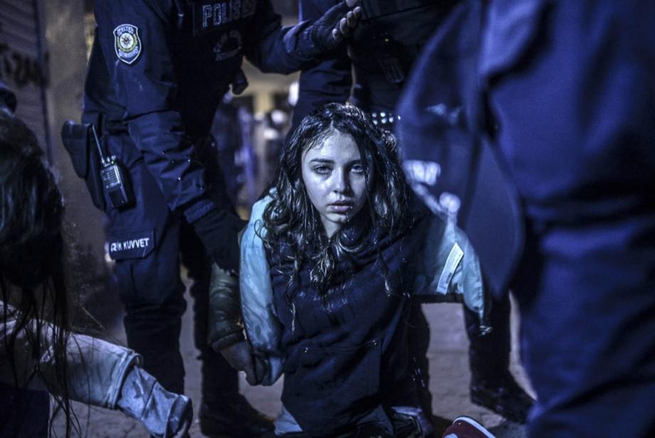 Une jeune femme qui vient d'être blessée lors des affrontements entre police et manifestants à Istanbul, en Turquie, en mars 2014. Le photographe turc a remporté deux prix, l'un pour cette photo et l'autre pour la suivante. (PHOTO BULENT KILIC, AFP)