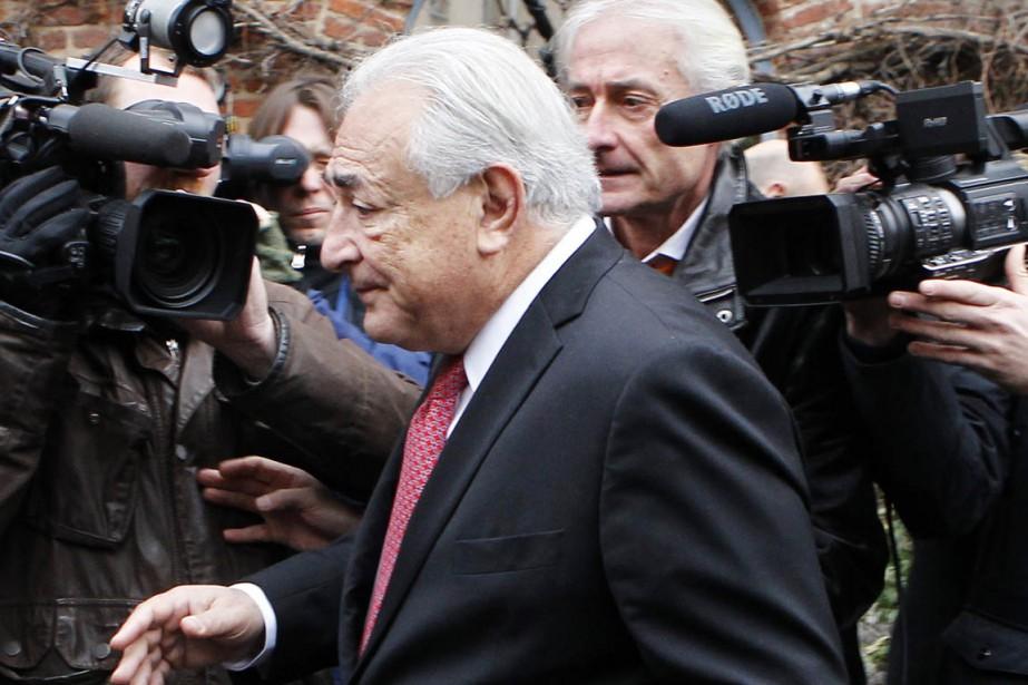 Dominique Strauss-Kahn quitte l'hôtel de Lille où il... (PHOTO MICHEL SPINGLER, AP)