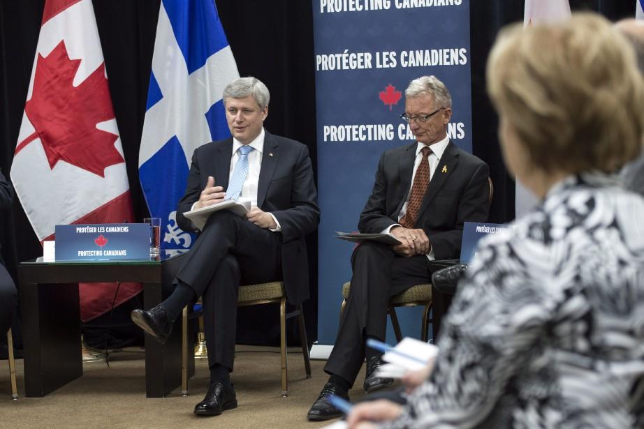 Le premier ministre Stephen Harper aux côtés du... (Photo Paul Chiasson, La Presse Canadienne)