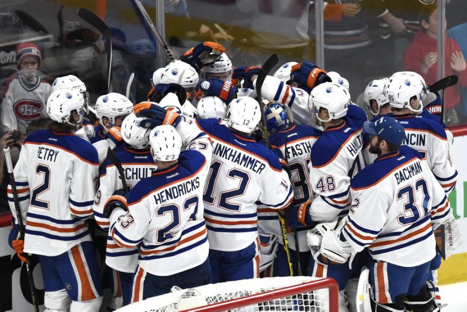 Les Oilers fêtent leur victoire. (PHOTO BERNARD BRAULT, LA PRESSE)
