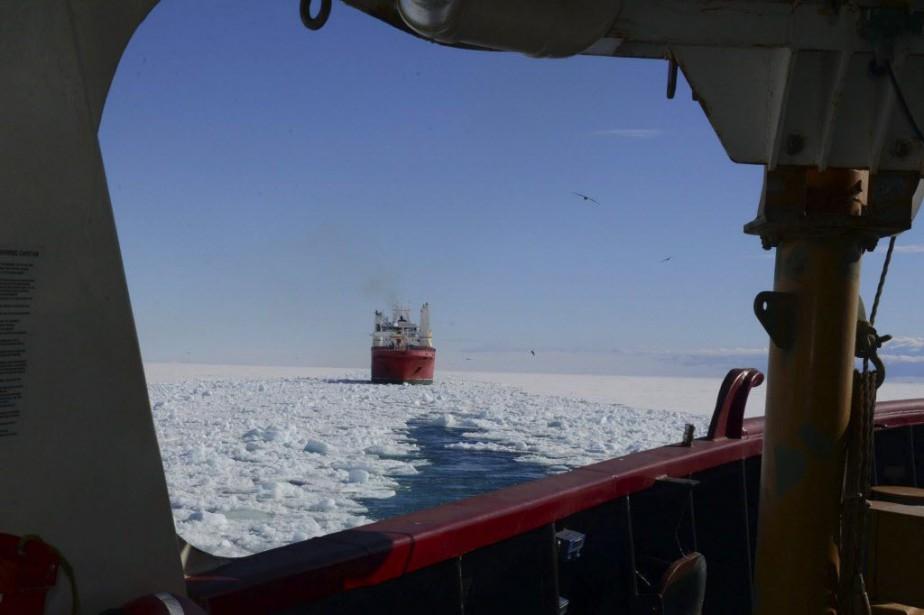 L'Antarctic Chieftain, un chalutier de 63 mètres, est... (Photo U.S. Coast Guard Petty Officer 1st Class George Degener, AP)