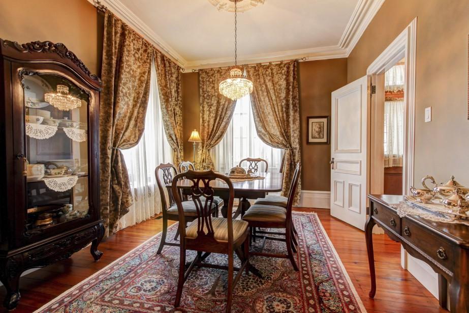 Dans la salle à manger, les éléments décoratifs ont été choisis avec soin pour refléter l'esprit de la maison. (PHOTO FOURNIE PAR ROYAL LEPAGE)