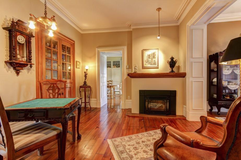 Plusieurs détails architecturaux ont traversé le temps dans le salon: les moulures arrondies en plâtre, les lattes en bois du plancher et des plafonds des chambres. (PHOTO FOURNIE PAR ROYAL LEPAGE)
