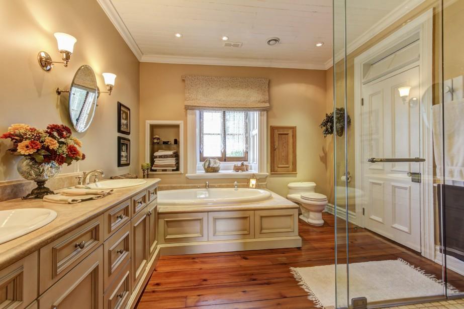La salle de bains à l'étage était une chambre à l'origine. Les comptoirs sont en marbre ou en travertin. «Dans un seul bloc!» (PHOTO FOURNIE PAR ROYAL LEPAGE)