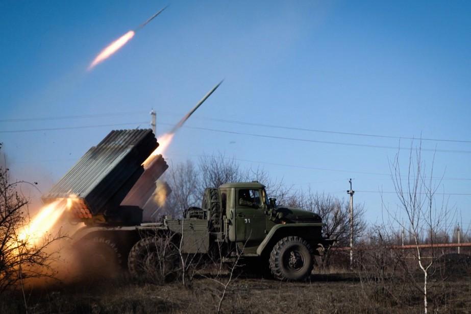 Des rebelles prorusses lancent des missiles de Horlivka,... (PHOTO ANDREY BORODULIN, AFP)
