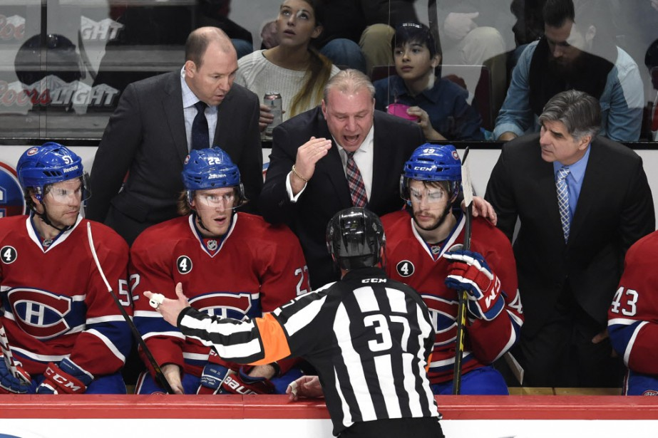 Michel Therrien discute avec l'arbitre. (Photo Bernard Brault, La Presse)