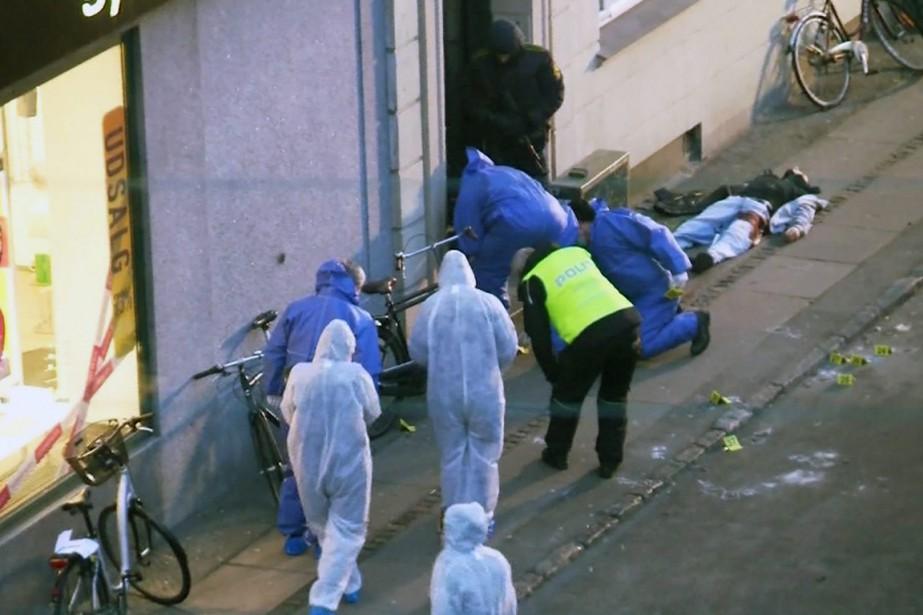Le corps du suspect, en sang, repose sur... (Photo TV2 Norvège/ AP)