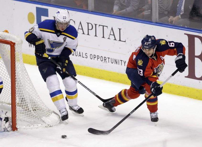 Dave Bolland et Alexander Steen se disputent la... (Photo Alan Diaz, AP)