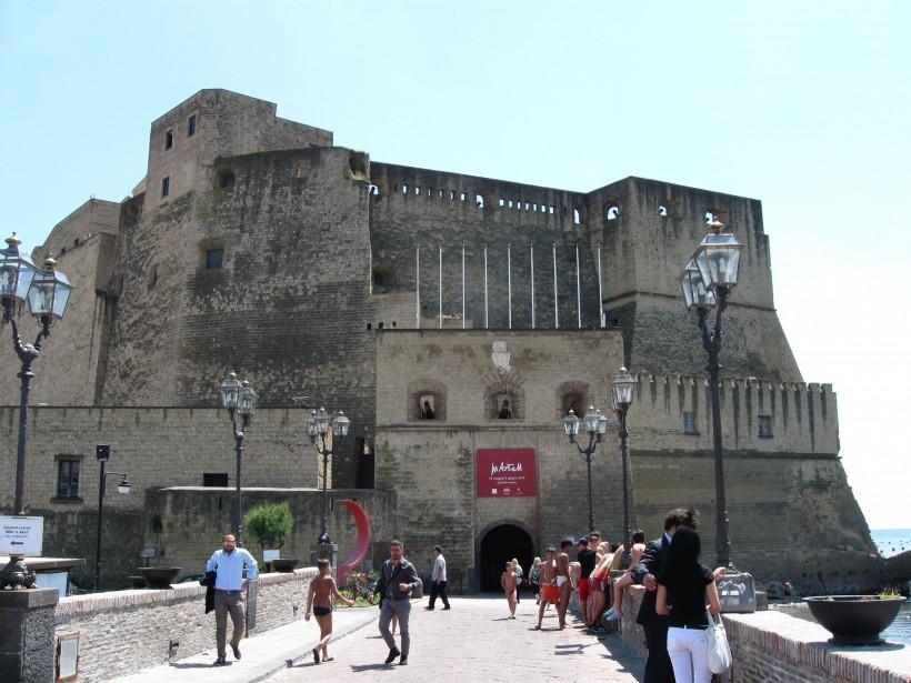 Le Castel Dell'Ovo date du XIII<sup>e</sup> siècle. (PHOTO MARIE TISON, LA PRESSE)