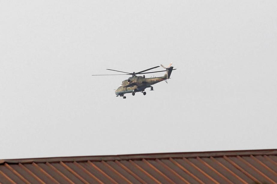 Un hélicoptère de l'armée birmane survole la ville... (PHOTO SOE ZEYA TUN, REUTERS)