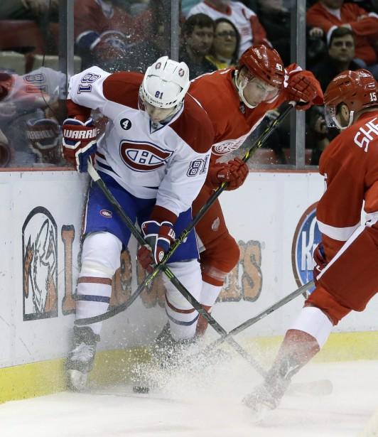 Lars Eller se bat pour le contrôle de la rondelle avec le défenseur des Red Wings Alexei Marchenko. (Photo Carlos Osorio, AP)