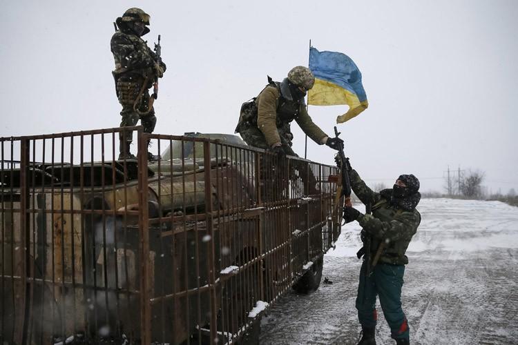 À Debaltseve, bombardé notamment avec des lance-roquettes multiples,... (Photo: AFP)