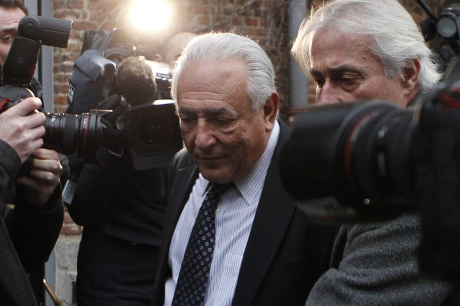 Dominique Strauss-Kahn quitte l'hôtel de Lille où il... (PHOTO MICHEL SPINGLER, AP)