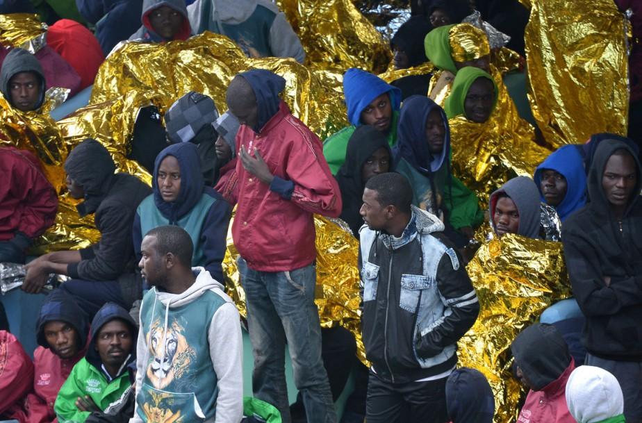 Le 17 février, le centre d'accueil de Lampedusa accueillait environ 1200 personnes - le triple de sa capacité -, dont 200 mineurs et une centaine de femmes. (PHOTO ALBERTO PIZZOLI, AFP)
