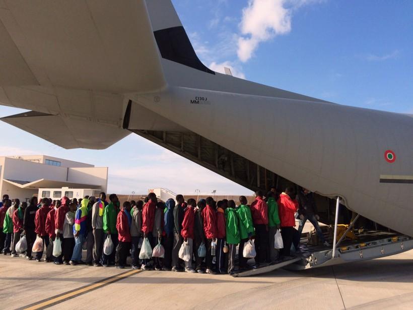 Lundi soir, alors même qu'un avion militaire évacuait plus d'une centaine de migrants, quelque 260 autres débarquaient. (PHOTO AFP)