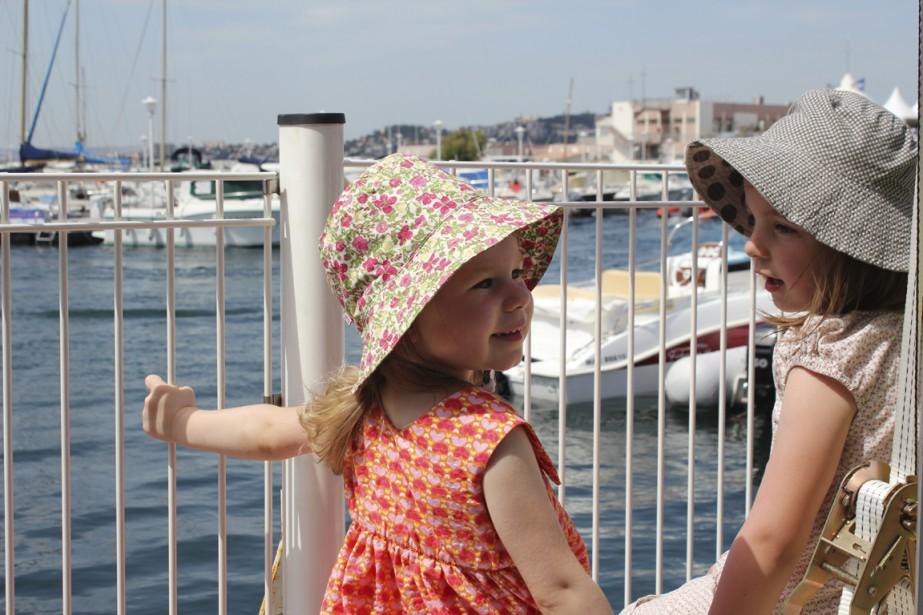 Les enfants ont un grand talent pour faire de nouvelles rencontres un peu partout en voyage. (Photo Jean-Marc Charron-Aubin, La Presse)