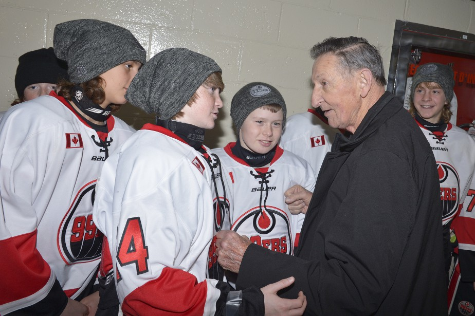 Walter Gretzky, 76 ans, rencontre de jeunes joueurs pee-wee lors de son passage au Colisée. Il a vu ses quatre fils (dont Wayne) participer à ce tournoi à Québec. (Le Soleil, Jean-Marie Villeneuve)