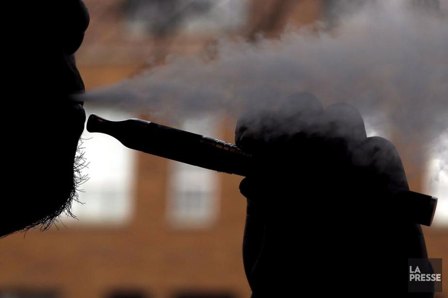 Les fumeurs qui se tournent vers les cigarettes... (ARCHIVES ASSOCIATED PRESS)