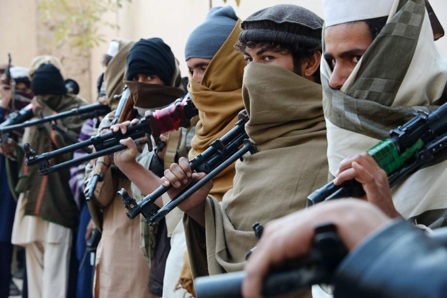 D'anciens combattants talibans sont photographiés, leur arme à... (PHOTO NOORULLAH SHIRZADA, ARCHIVES AFP)