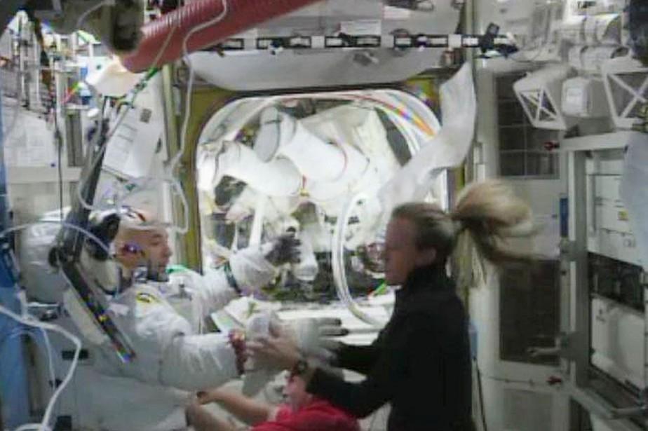 L'astronaute américaine Karen Nyberg porte assistance à son... (PHOTO ARCHIVES REUTERS/NASA)