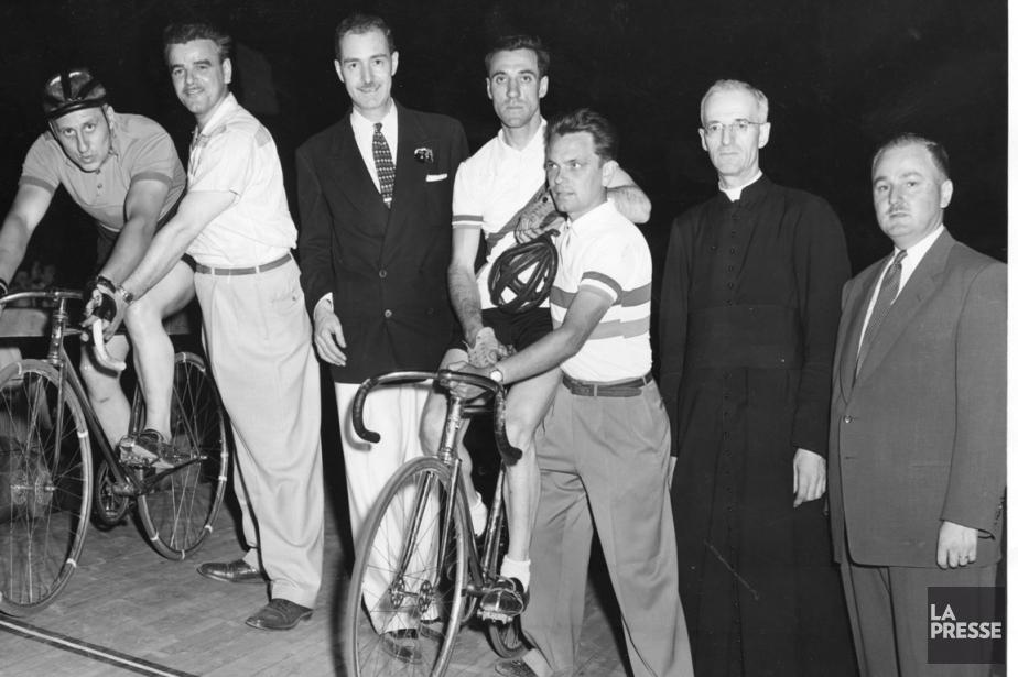 Le cycliste québécois René Cyr (au centre, sur... (Photo Lucien Desjardins, archives La Presse)