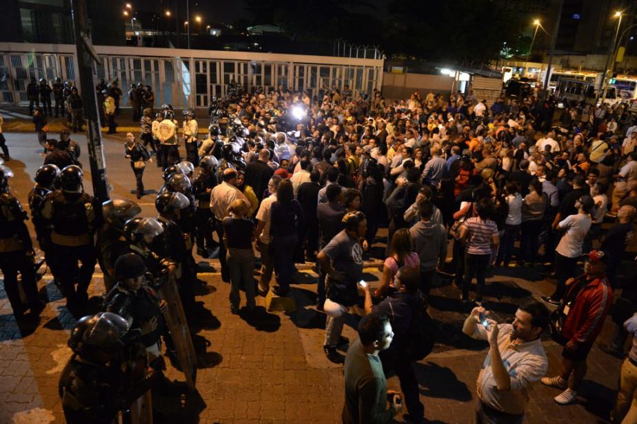 Des militants et des responsables de l'opposition ont... (PHOTO FEDERICO PARRA, AFP)