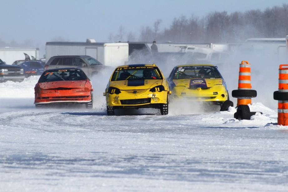 Les courses de voitures quatre-cylindres avec pneus cloutés sont bien souvent chaudement disputées et particulièrement spectaculaires. (Photo Bruno Dorais, magazine Pole-Position)