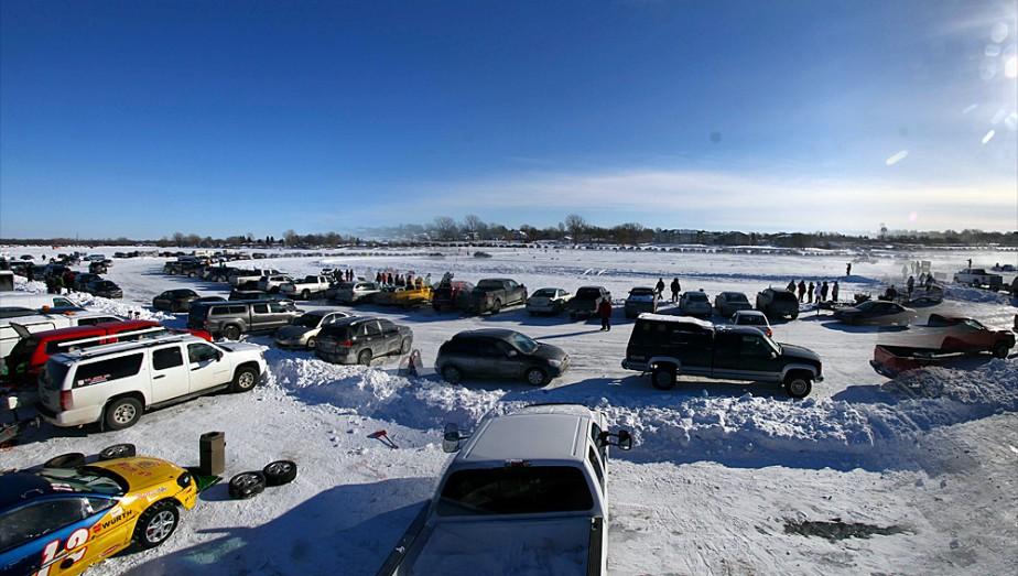 C'est sur la vaste étendue glacée du lac Saint-Louis que se déroulent les courses à Beauharnois. Plusieurs pilotes en profitent aussi pour aménager des cabanes à pêche non loin du circuit. (Photo Bruno Dorais, magazine Pole-Position)