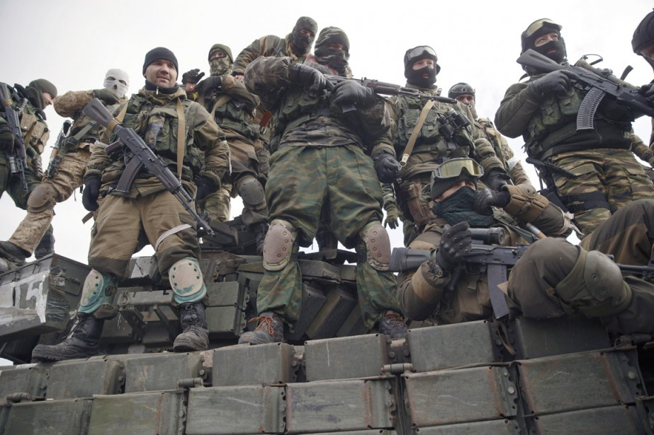 Des rebelles prorusses sont photographiés sur un char... (PHOTO VADIM GHIRDA, AP)