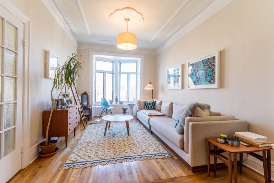 Un deuxième salon adjacent à la cuisine fait office de salle familiale. Étant donné la très grande profondeur du lot, la maison s'étire jusqu'à l'avenue De Chateaubriand à l'arrière, ce qui permet d'avoir un mur fenêtré, libre de voisin; résultat: encore de la lumière! Inusité au centre-ville: un foyer au bois. (PHOTO FOURNIE PAR MARIE-HÉLÈNE GOYETTE POUR IMMOPHOTO)